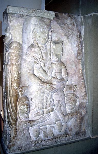 Mont Sainte Odile: stèle romane du cloître représentant les abbesses Rélindis et Herrade de Landsberg en dévotions devant la Vierge