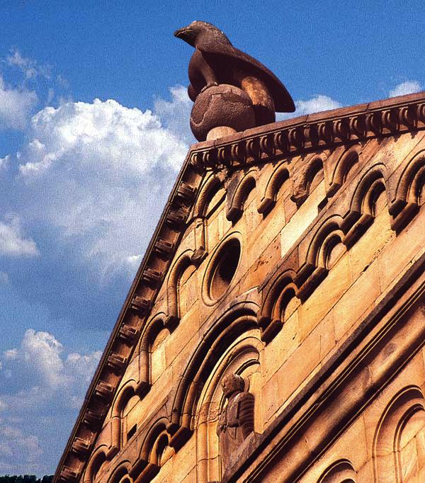 Rosheim: saints Pierre et Paul : le pignon de la façade occidentale et ses bandes lombardes