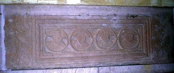 Murbach: détail du sarcophage des moines massacrés par les Hongrois au Mordfeld