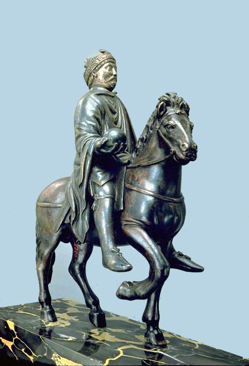 Statue équestre de Charlemagne (ou de son petit-fils Charles le Chauve). Bronze doré, seconde moitié du IXème siècle. Musée du Louvre, Paris, France