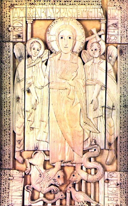 Ivoire carolingien avec Christ en majesté. Volet d'un diptyque en ivoire proche de l'évangéliaire de Godescalc. IXè. Bruxelles, musée royal d'art et d'histoire