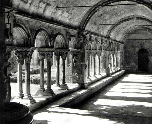 Arles, saint Trophime: le cloître. Vue générale