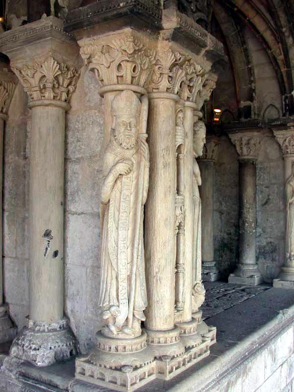 Saint Martin de Boscherville: l'abbatiale Saint Georges. Pilier de la salle capitulaire avec statues colonnes