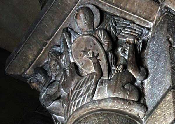 Clermont Ferrand: Notre Dame du Port: chapiteau de la nef: Michel terrasse le dragon