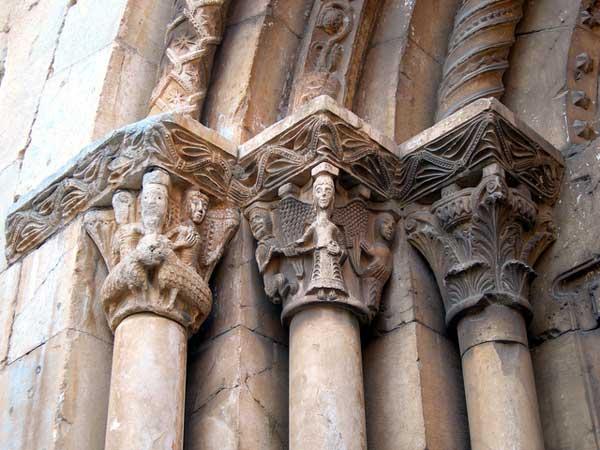 Espira de l'Agly (Pyrénées Orientales): l'église sainte Marie. Chapiteaux du portail
