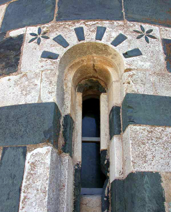 Murato (Haute Corse): l'église San Michele. Fenêtre du chevet