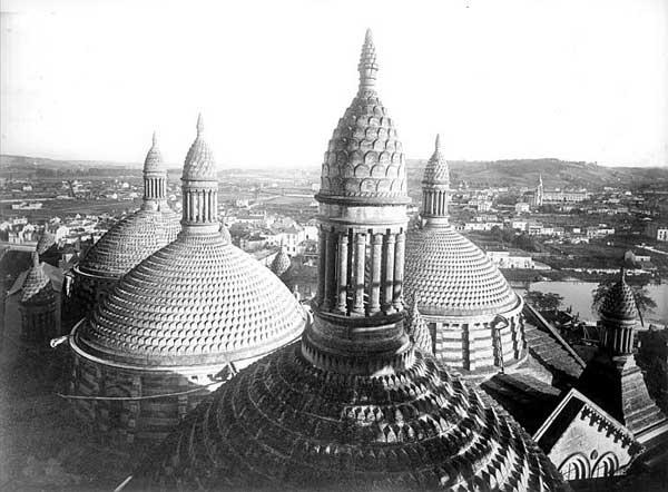 Périgueux (Dordogne): cathédrale saint Front: les coupoles vues du clocher