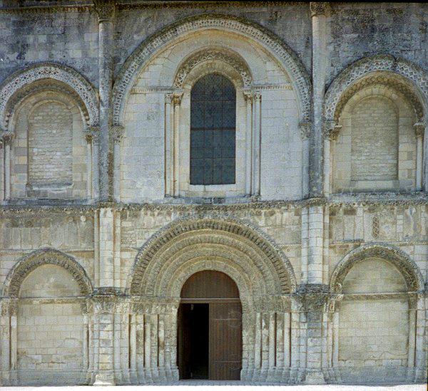 Saintes (Charente Maritime): abbatiale Sainte-Marie des Dames. La façade