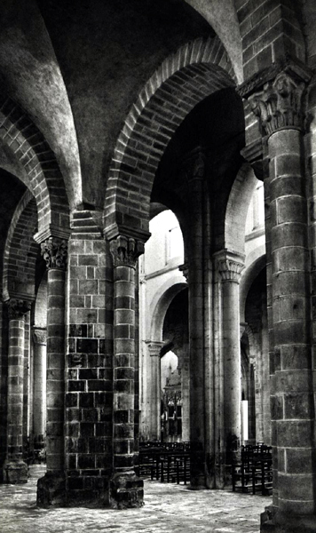 L'abbatiale Saint-Pierre et Saint-Paul de Souvigny est une fondation de Cluny au XIè. Mayeul, abbé de Cluny, fut enterré en 994 dans l'église primitive. Odilon de Mercoeur, son successeur, entreprit la construction d'une nouvelle église où il fut inhumé en 1049. Au cours de XIIè, l'église subit de nombreuses transformations. Au XVè, plusieurs parties de l'église furent reconstruites. Vue sur la nef