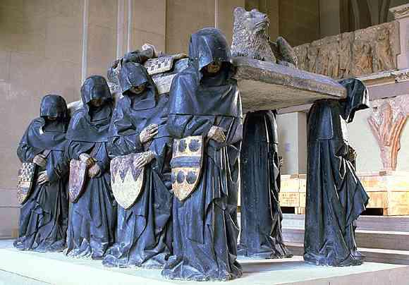 Pierre Antoine Le Moiturier (1425-1497): Tombeau de Philippe Pot (1428-1493), grand sénéchal de Bourgogne. Provenant de la chapelle Saint-Jean-Baptiste de l'abbaye de Cîteaux (Côte-d'Or). Les pleurants, porteurs de la dalle sur laquelle repose l'effigie du chevalier, illustrent, par les blasons qu'ils tiennent, les huit quartiers de noblesse du défunt. Philippe Pot sera nommé gouverneur de la Bourgogne par LouisXI, après avoir servi le duc de Bourgogne, Charles le Téméraire, qu'il abandonnera pour se rallier au roi de France. Il fera préparer son monument de son vivant, entre 1477 et 1483 dans l'abbatiale de Cîteaux, au cœur de la Bourgogne. Paris, Musée du Louvre