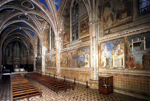 Giotto : Assise, église supérieure Saint François: vue de l'intérieur vers l'autel: fresques du mur nord, à droite de l'entrée
