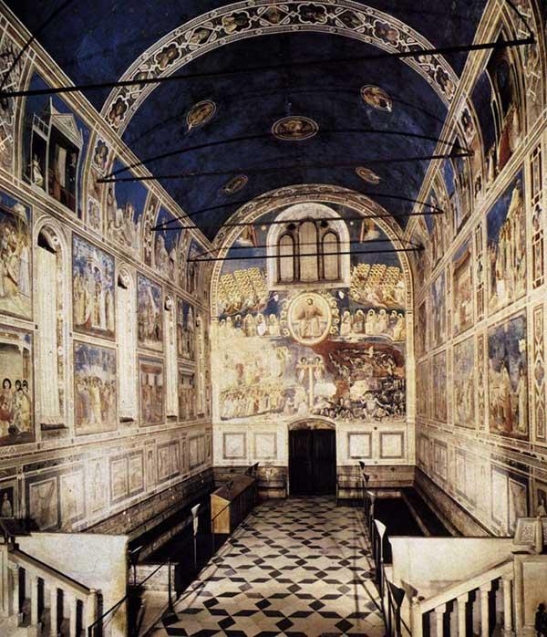 Giotto : Padoue: la chapelle Scrovegni ou Arena. 1303-1306. Vue depuis le chœur. La façade de l'entrée de la chapelle s'orne de la fresque du Jugement Dernier