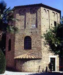 Ravenne: Le baptistère de la cathédrale (appelé aussi baptistère des Orthodoxes ou de Néon) fut érigé par l'évêque Ursus dans le premier quart du Vème siècle, sur un plan octogonal