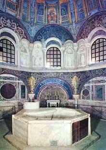 Ravenne: Le baptistère de la cathédrale (appelé aussi baptistère des Orthodoxes ou de Néon) fut érigé par l'évêque Ursus dans le premier quart du Vème siècle, sur un plan octogonal. L'intérieur avec la cuve Baptismale au premier plan