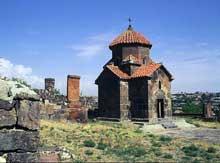 Ashtarak en Arménie: l'église Karmravor. Eglise au clocher octogonal consacrée à la Mère de Dieu (Arakelots en arménien). VIIè siècle. Croix libre monoconque