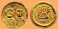 Monnaie représentant les bustes de face d'Héraclius et d'Héraclius-Constantin couronnés, portant une courte barbe. Rv. VICTORIA AVCCS. Croix sur trois degrés, à l'exergue: CONOB