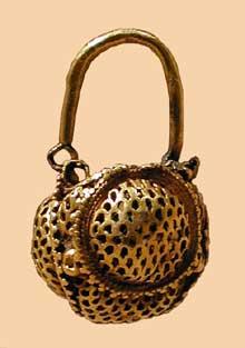 Byzance: Boucle d'oreille en forme de panier. Or. Dynastie de JustinII. VIè. New York Metropolitan Museum