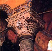 Constantinople: chapiteau du presbytère de Sainte Sophie avec monogramme de Justinien et Théodora, proche de l'art islamique