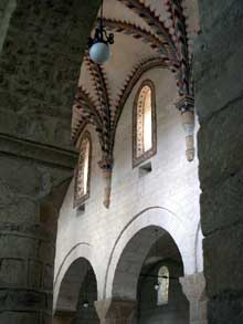Romainmôtier: nef centrale et bas côté de l'abbatiale