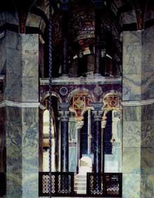 Aix la Chapelle: l'intérieur de l'octogone de la chapelle palatine et le trône impérial
