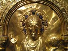 Antependium de la cathédrale de Bâle. Avant 1024. Bois recouvert de plaques d'or et de pierres précieuses. Détail: la tête du Christ. Paris, musée national du Moyen age, hôtel de Cluny