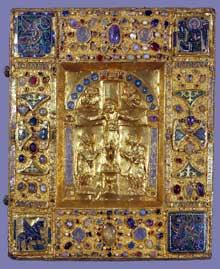 Boîte - reliure avec Crucifixion et symboles des évangélistes provenant du trésor de la cathédrale de Maastricht. Or, émaux cloisonnés, nielle, cabochons sur âme de bois. Art ottonien, première moitié du XIè siècle. Paris, musée du Louvre
