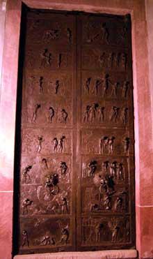 Hildesheim: la porte de Bronze de l'évêque Bernward: vue d'ensemble. 1015