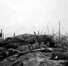 Un soldat français tué au bord d'une tranchée. Bataille du Linge, 1915