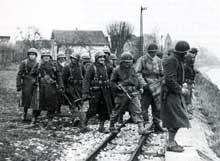Les troupes françaises de Béthouard sur le Rhin à Rosenau, le 19 novembre1944. (ECP armées).