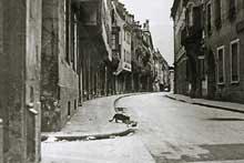 Septembre 1939 : Strasbourg vidé de ses habitants. Dès la déclaration de la guerre, le 3 septembre 1939, Strasbourg et de nombreuses localités situées à 3km de la frontière sont évacuées principalement vers le Sud-Ouest et le Centre de la France. Durant de longs mois la capitale alsacienne reste une ville vide où seuls circulent des patrouilles militaires et des animaux errants.