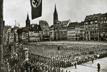 13 octobre 1941: manifestation nazie à Strasbourg (Place Kléber ou Karl Roos Platz): Tous les moyens sont mis en oeuvre pour germaniser l