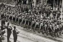 Strasbourg: défilé des Jeunesses Hitlériennes. Toujours dans le but de germaniser rapidement, les nazis organisent des activités politiques et paramilitaires dans les jeunesses hitlériennes (H.J.: <a class=