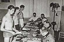Jeunes Alsaciens devant le Conseil de révision avant leur incorporation dans l