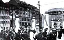 Juillet 1940, place Kléber à Strasbourg: retour des prisonniers de guerre alsaciens: ils sont libres puisque désormais allemands!