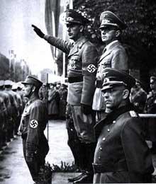 1942: parade à Strasbourg devant le vice Gauleiter Röhn. Derrière lui, le «Kreisleiter» de Strasbourg Herrmann Bickler. Au premier plan, le général Traut, un allemand né en Alsace.