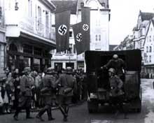 Colmar: la célèbre «voiture verte» dans les rues de la ville en 1942: elle servait aux arrestations.