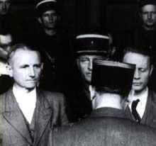 L'ex Gauleiter Robert Wagner écoute la sentence de mort prononcée contre lui.