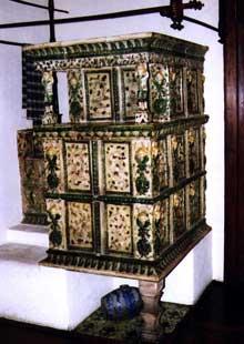 """Un """"Kachelofe"""", véritable """"chauffage central"""" de la maison alsacienne. Musée alsacien Strasbourg. (La maison alsacienne)"""