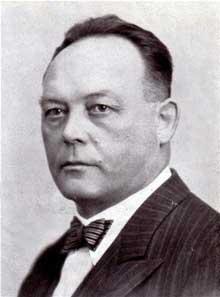 Karl Roos. Fusillé par les Français pour haute trahison le 27 février 1940, il va devenir un martyr nazi. Les SS lui feront à Hunebourg des funérailles wagnériennes en juin 1941