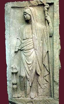 Stèle des quatre dieux de la place Kléber à Strasbourg: côté représentant la déesse Junon. IIIè siècle. Strasbourg, musée Archéologique