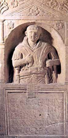 Une tr�s belle st�le fun�raire trouv�e � Koenigshoffen�: la st�le du l�gionnaire Largennius de la II� l�gion. Mus�e arch�ologique de Strasbourg. R�gne de Tib�re, Ier si�cle