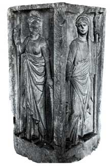 Stèle des quatre dieux de la place Kléber à Strasbourg: Junon et Minerve. IIIè siècle. Strasbourg, musée Archéologique