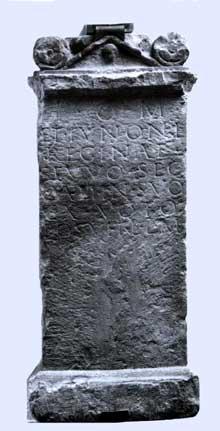 Argentorate: autel avec dédicace à Jupiter et à Junon, trouvé au 2, rue du Dôme. Musée Archéologique de Strasbourg