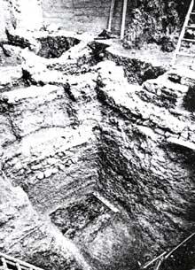 Fouille stratigraphique r�alis�e rue du Sanglier � Strasbourg�: couches de remblai et d�incendies des I et II� si�cles�; en surface, casernements du Bas Empire. Photo J.J. Hatt