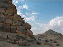 Mastaba de Chepseskaf, dit «El-Faraoun» à Saqqara. Au fond, la pyramide de Pépi II. (Site Egypte antique)