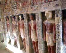 Saqqara. Le mastaba d'Iroukaptah ou «tombe du boucher» est connu pour sa rangée de statues dans la première salle précédant la chambre funéraire. Il est situé en contrebas de la chaussée d'Ounas et date de la Vè dynastie. (Site Egypte antique)
