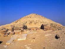 Saqquara sud: la pyramide de Djedkarè-Isési précédée de la cour centrale.  (Site Egypte antique)