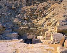 Saqquara sud: la pyramide de Djedkarè-Isési: l'entrée, face nord.  (Site Egypte antique)