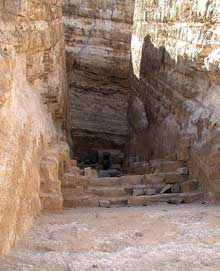 Abou Roash: Pyramide de Djedefrê: La chambre funéraire a été probablement garnie de granit. Les restes des morceaux de granit suggèrent qu'elle avait un toit à pignon semblable à la chambre de la Reine dans la grande pyramide.  (Site Egypte antique)