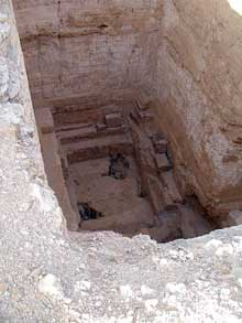 Abou Roash: Pyramide de Djedefrê: puits creusé dans la face nord de la pyramide. (Site Egypte antique)